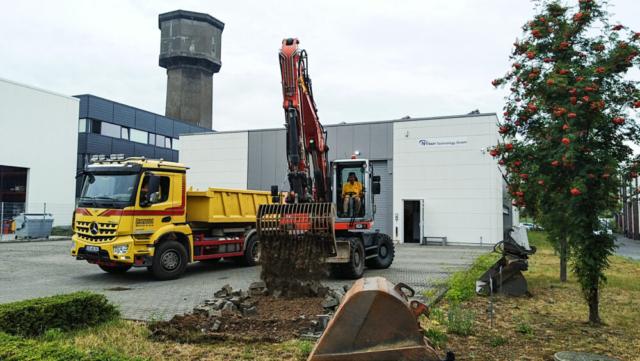 Baubeginn - das alte Pflaster wird entsorgt